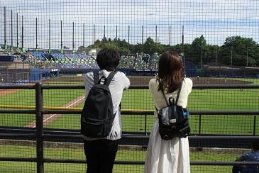 お散歩カップル(野球観戦中)